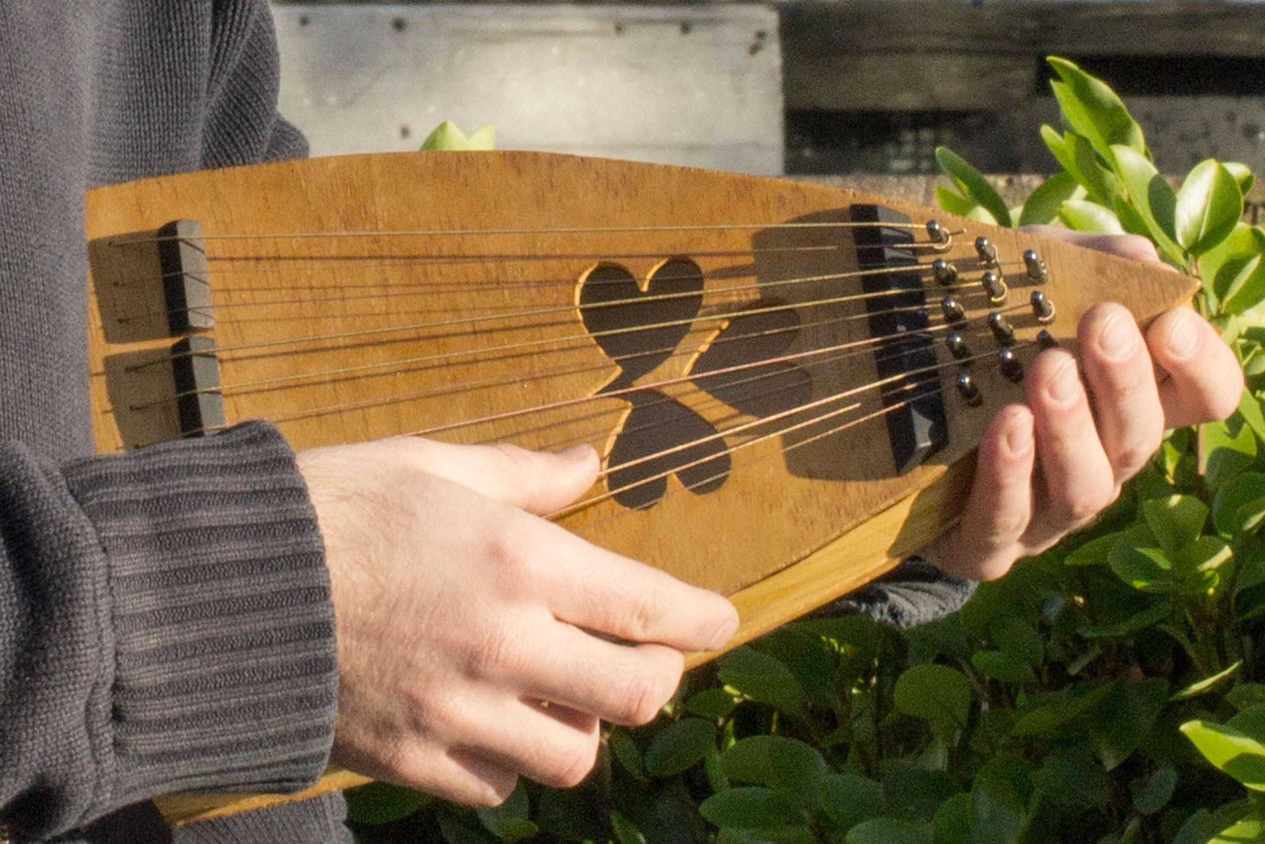 Cork-Guitars - playing handmade instrument